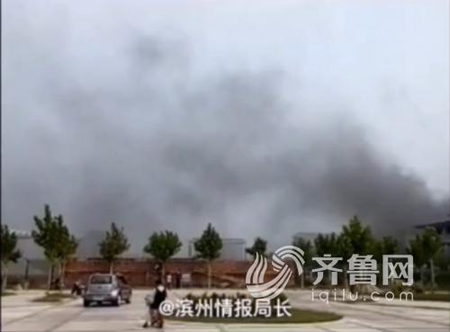 滨州沾化体育馆发生火灾,网友上传视频截图。