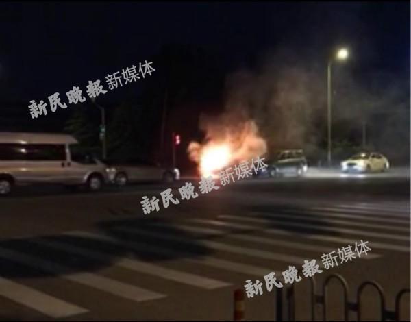图说:金山大道东平路路口发生一起车辆起火事故  来源:网络
