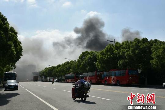 图为火灾现场,浓烟飘到了周边。 孙权 摄