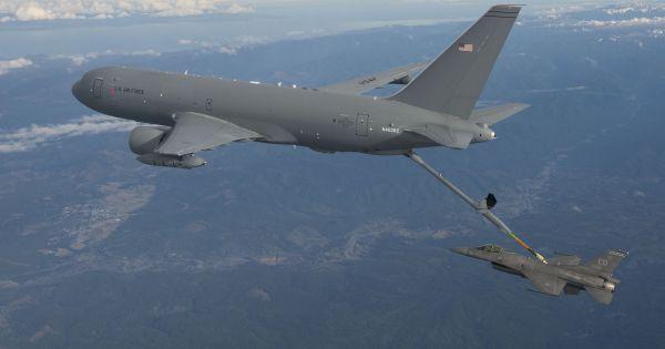 资料图片:美军kc-46加油机为f-16战机空中加油