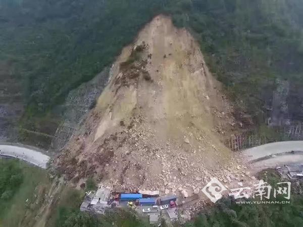 祥临二级公路云县茂兰段山体滑坡导致交通中断