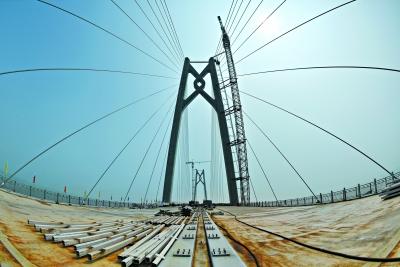 大桥使用世界最长的钢结构桥梁
