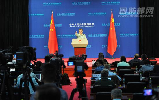 国防部新闻局局长、国防部新闻发言人杨宇军大校答记者问。李爱明 摄