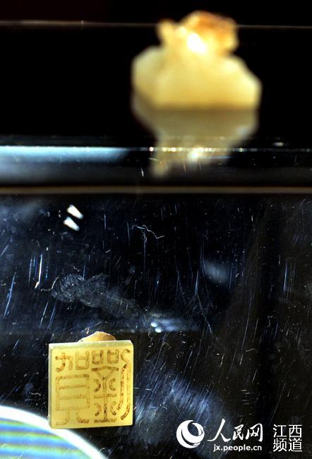 这就是刘贺玉印。展品下方放置了一面镜子,参观者可以全方位观看到玉印。
