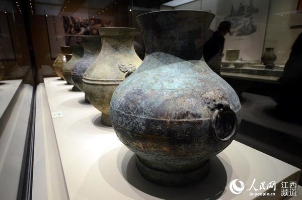 成套的青铜壶和青瓷壶展出,这在此前的展览中未有呈现。