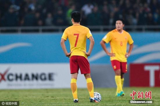 2016年10月11日,乌兹别克斯坦塔什干,2018世预赛亚洲区12强赛,全场战罢,中国男足客场0-2不敌乌兹别克斯坦。图为失落的中国队员。 图片来源:视觉中国 易边再战,中国队的传接球依旧不见起色,锋无力导致中国队全场仅有两脚射门,而对手的射门次数高达19次。第50分钟和第85分钟,乌兹别克斯坦的比克马耶夫和舒库罗夫两度洞穿中国队大门,提前杀死比赛悬念。此外,乌兹别克斯坦还有至少三次射门打在门梁或门柱上,而中国队全场比赛几乎只有招架之功。 跟协会领导交流,输球的责任在主教练,我决定离开,感谢这
