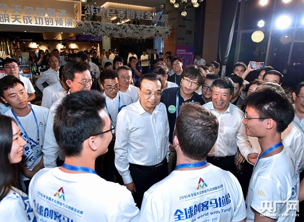 李克强12日下午来到深圳湾创业广场,参观2016年全国大众创业万众创新活动周相关主题展示。