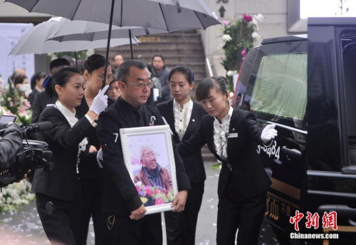 """10月15日,""""词坛泰斗""""庄奴追悼会在重庆一殡仪馆举行,现场数百民众前往送别。陈超 摄"""