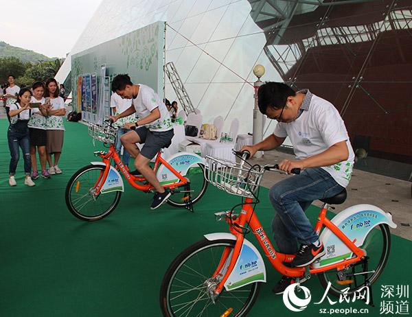 市民比赛自行车骑行发电。(陈育柱 摄)