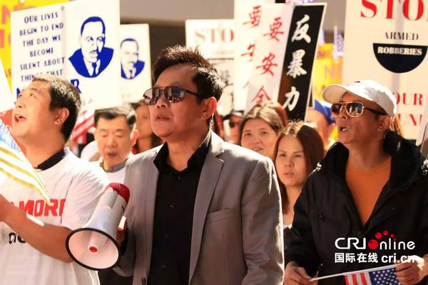 费城民众游行抗议YG煽动抢劫华裔的暴力文化(陈彩秋供图)