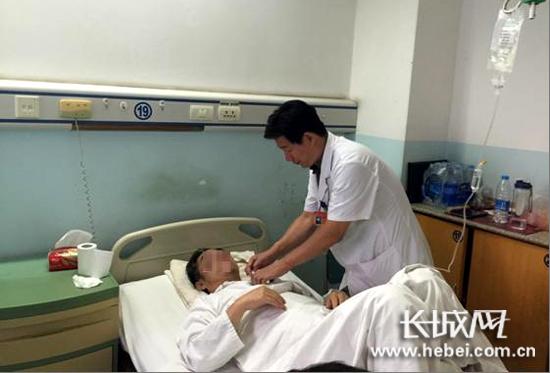 医生检查患者情况。白求恩国际和平医院供图