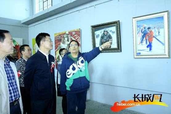 參加開幕式的嘉賓們觀看書畫攝影展。長城網 張世豪 攝