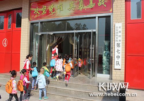幼儿园师生参观消防站 。图片由石家庄公安消防支队提供