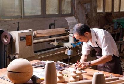 优家购精湛的工艺还体现在家具打磨与雕刻技艺上,在现代家具生产过程