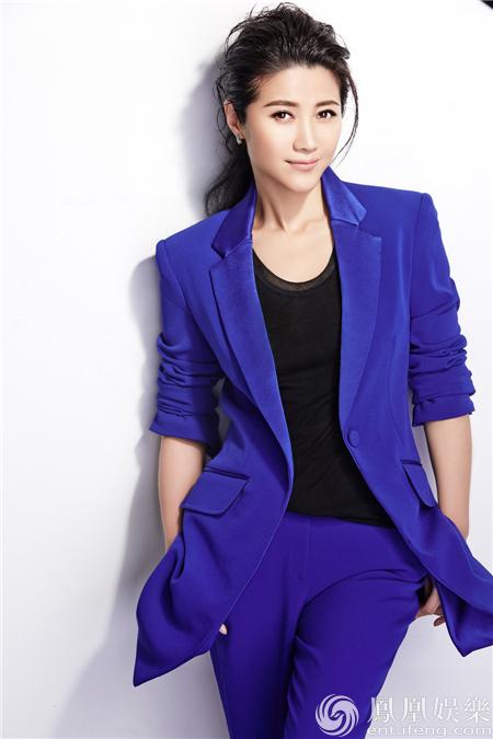 颜丙燕气质大片曝光 蓝色西装酷帅时尚
