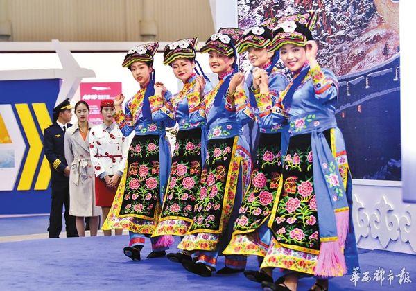 展馆里表演民族舞蹈的美女吸引眼球。
