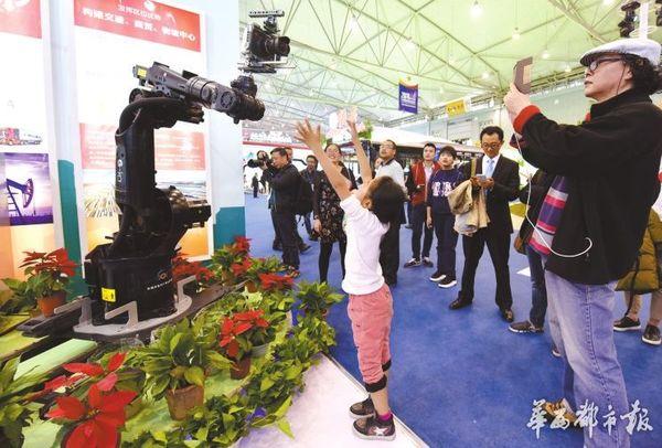 小朋友和影视特拍机器人互动。