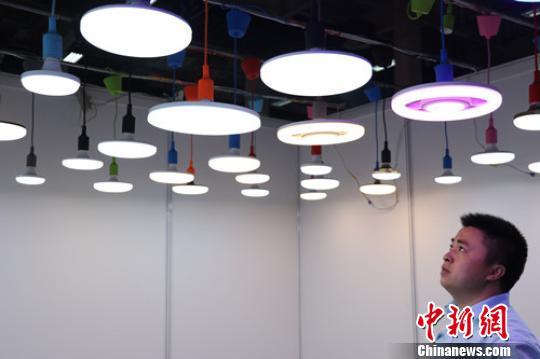 """""""2016杭州国际照明展览会""""现场展出的智能照明产品。王刚 摄"""