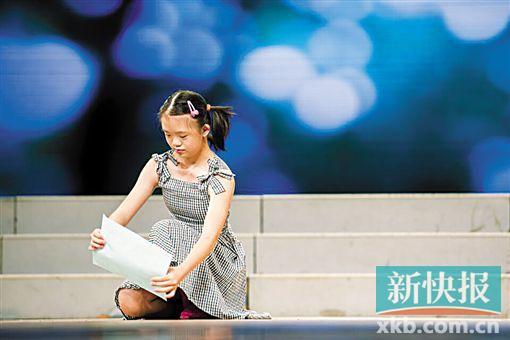 一个小女孩正在表演舞蹈《纸飞机》
