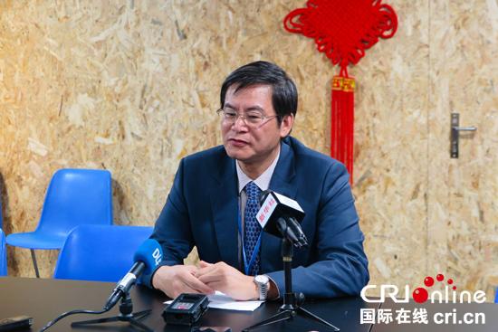 中国代表团副团长谢极向记者介绍中国部分城市承诺碳排放提前达峰的有关情况 国际在线报道(记者 张一夫):出席联合国气候变化马拉喀什会议的中国代表团副团长谢极10日表示,中国正在采取更加有力的行动推动二氧化碳减排,一些城市已承诺在2020年左右达到碳排放峰值。 中国代表团副团长谢极介绍说,中国政府日前公布了《十三五控制温室气体排放工作方案》。为实现方案目标,中国鼓励部分城市展现领导力,率先达到碳排放峰值。他说:多个城市已承诺将于2030年前达到城市碳排放峰值目标,一些城市还承诺将于2020年左右达峰。与