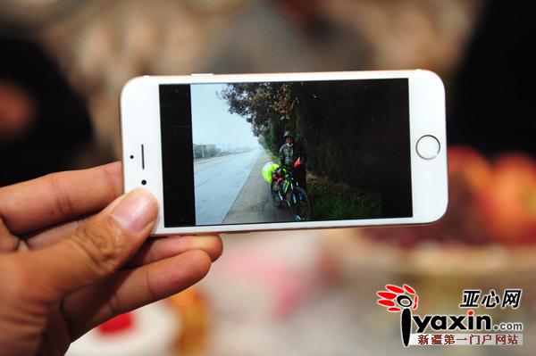 """伊犁85岁老人一路打着""""民族团结""""旗帜骑车去北京"""