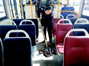 """和蔼可亲,笑脸迎来送往数不尽的乘客……"""" 细心为乘客准备药箱,雨伞"""