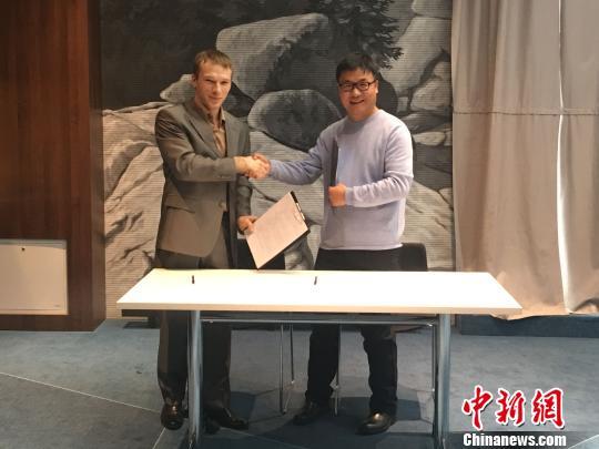 图为为中俄旅游企业签署合作协议。 张玮 摄