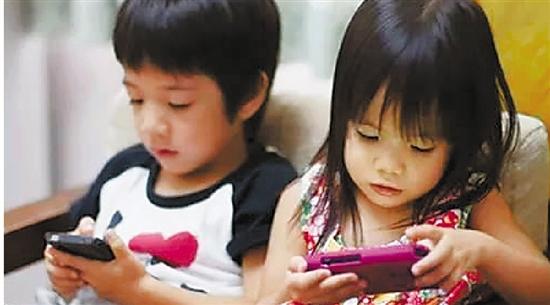 近日,家住新安江的陈女士对自己女儿每天放学以后就捧着手机、ipad玩游戏的行为感到很无奈,不仅如此,她还要求妈妈给她买手机,因为现在班里很多同学都有手机,便天天缠着陈女士要买手机。我也想给她配个手机,可又怕她自控能力差,影响学习。陈女士说。 打电话、发短信、拍照片、听音乐、玩游戏当下,智能手机越来越普及,手机的使用人群也逐步呈现低龄化。在走访中,笔者发现,部分小学生也开始使用手机。孩子们满足了,家长和学校却困惑了,到底该不该让学生带手机上学呢? 大多数高年段小学生 都有自己的手机 我有一张很可爱