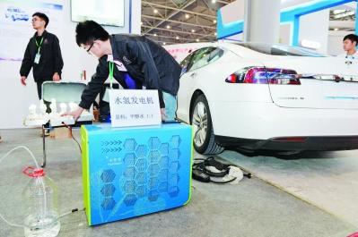 工作人员正在用水氢发电机为电动汽车充电