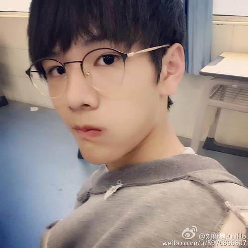 tf家族刘俊昊自拍被骂 网友:这么丑还好意思出来晒