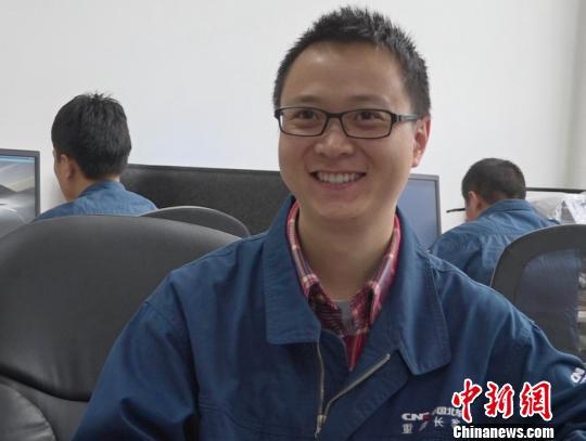 """图为""""85后""""全国劳动模范姚鸿洲 贾楠 摄"""