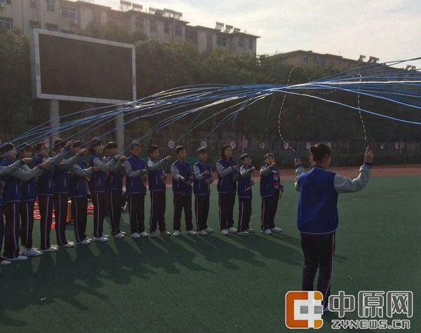 a花样了!郑州中学生出新玩跳绳花样一次跳17根区楚良视频图片