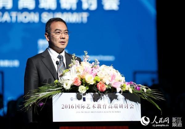 中国教育学会常务副会长兼秘书长杨念鲁主持会议