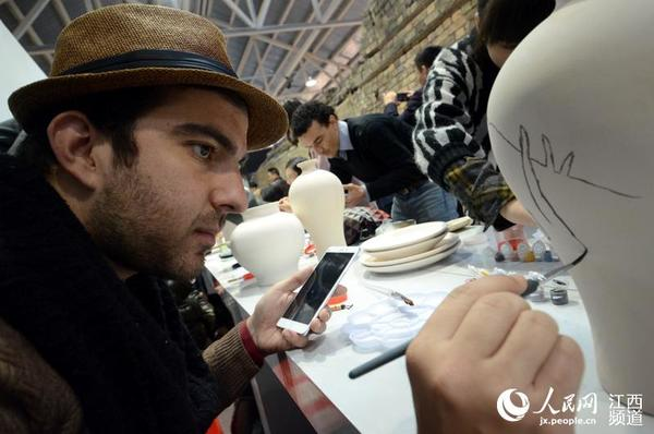 """参加""""2016外媒看江西""""的中外记者在陶溪川邑空间体验陶瓷艺术创作。"""