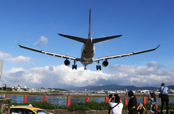 台北松山机场飞机降落(2016年10月19日摄).新华社发