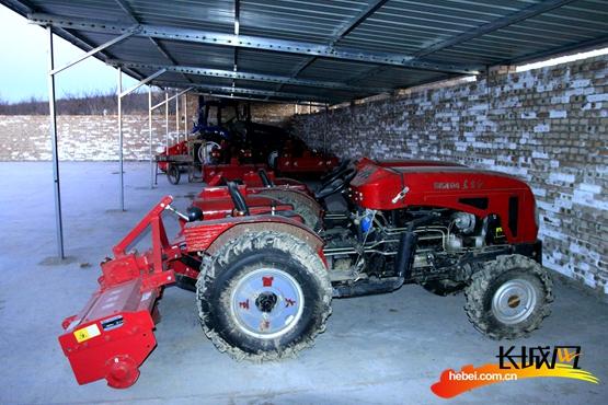 援助骆驼岭村的农用机械。长城网 张世豪 摄