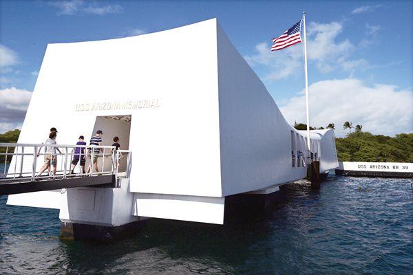 图为坐落于夏威夷珍珠港中的亚利桑那纪念馆。
