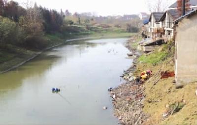 丁嘉伟 摄     12月15日,益阳兰溪河支流,污染企业在对被污染河段进行