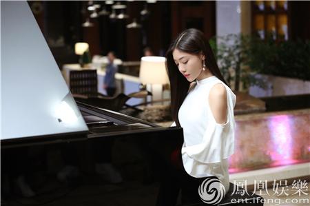 邓家佳弹钢琴诠释岁月静好 《最亲最爱的人》热拍