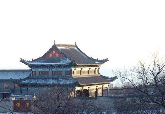 秦皇岛望海禅寺,图片来源于网络 据清代《临榆县志》记载,望海禅寺始建于金代大定年间,也就是公元1161至1189年间,由比丘张三峰创建,至今已有800多年的历史。到了明代曾经进行三次重修,第一次是在天顺年间,也就是公元1457至1464年间,由僧人张净朗重修;第二次是在正德四年,就是1509年,由僧人李道敏重修;第三次是在崇祯元年,就是公元1628年,由僧人云祥重修。到了清代康熙四十五年,就是公元1706年,由僧人庄福再度重修。清代中期以后,无人修缮,废砖烂瓦散落林间,人们都叫它砖庙。 地址:祖山望海