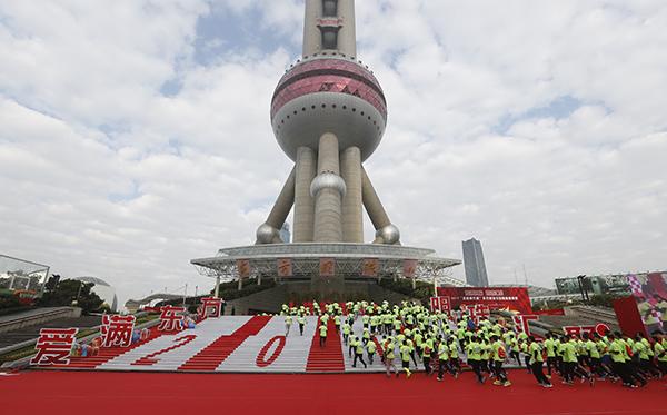 2017年1月1日,参赛选手从东方明珠塔城市广场起跑。 澎湃新闻记者 朱伟辉 图 除了玉佛寺的活动外,2017年1月1日,在上海地标之一的东方明珠举行了登高健康跑, 并且现场捐赠款项给上海绿色童年公益机构关爱血铅儿童。 2017年1月1日上午9:00,在东方明珠塔城市广场举行了2017年招商银行杯东方明珠元旦登高健康跑。
