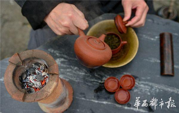 资深茶客们能细细品味出融有榄香的茶水。