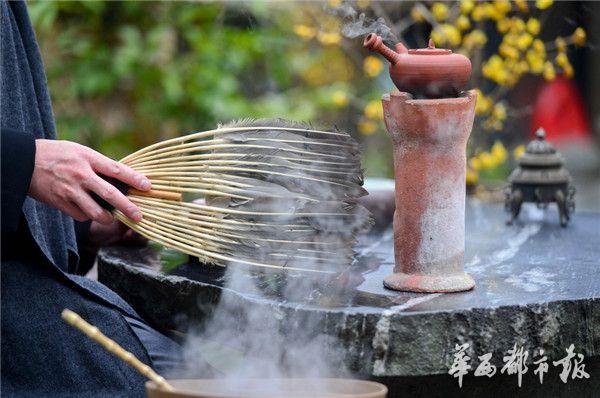 银筷添炭羽扇扇风,很享受风炉烧水煮茶的过程。