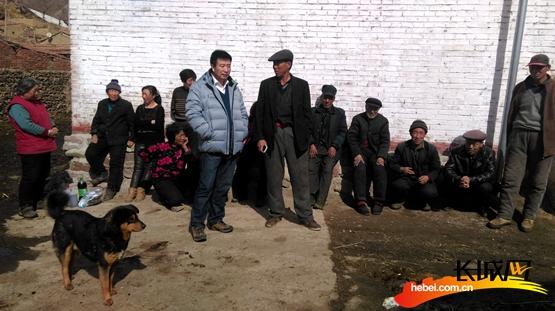 工作组成员同村民在一起。驻村工作组供图