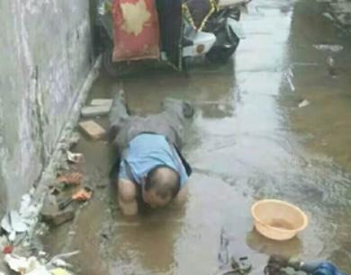 """商丘""""光膀哥""""寒冬水中抢修水管"""