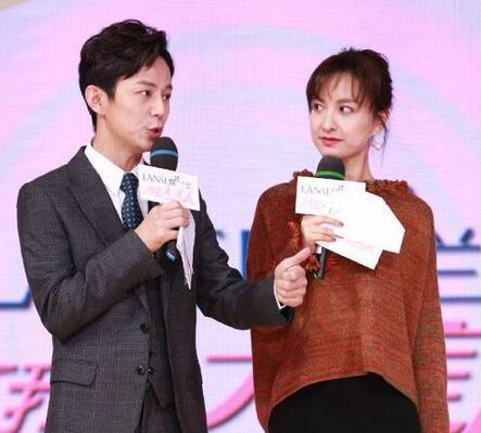 曝何炅和吴昕舞台合照 何老师称腿太长不好摆