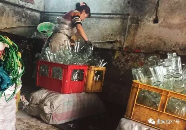2017年1月7日,天津独流镇,一个隐蔽大院的一间房子内,女子正在水池边洗瓶装调味品的瓶子。