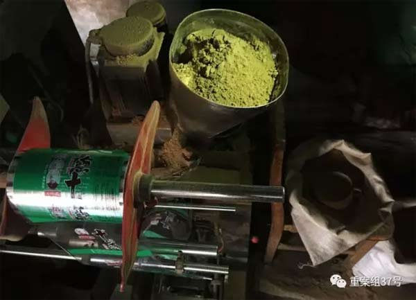 2017年1月11日,天津独流镇七堡村河北一条的一村民家中,一台生产假十三香的罐装机。 新京报记者 大路 摄