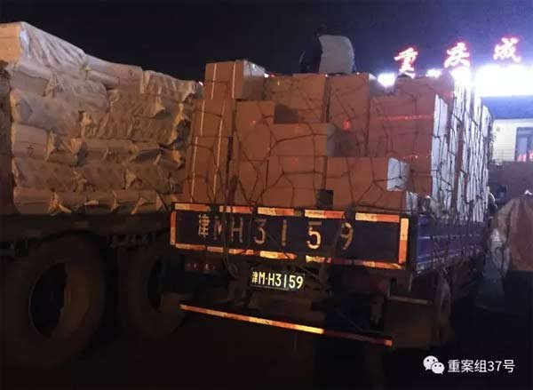 """2016年12月22日晚,天津奥森物流园重庆成都专线,从独流镇出来的车牌是""""津M.H3159""""的卡车,正将部分假调味品转到一辆跑长途运物流运输的卡车上。"""