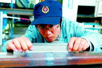 焊轨基地唯一的女专家!15年焊接无缝钢轨4000多公里